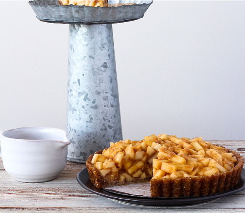 findvegan:  Raw caramel apple pie - perfect for a fall feast, 6 ingredients!