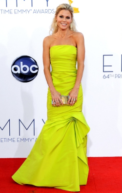 Emmy Winner, Julie Bowen, looked absolutely stunning in a bright Monique Lhuillier dress.