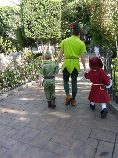 liebelied:  disneylandcharacters:  Peter Pan with little peter and little hook  I'm done.