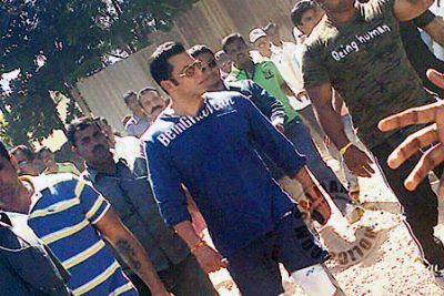 ★ Another new pix of Salman Khan on location of Dabangg 2 in Satara !!