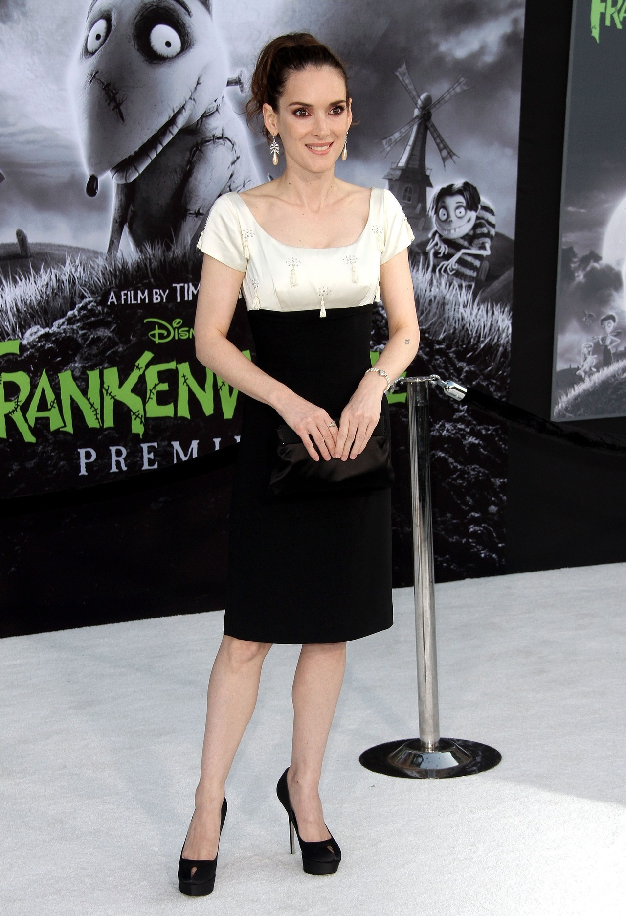 suicideblonde:  Winona Ryder at the Hollywood premiere of Frankenweenie, September 24th I recognized the watch she's wearing here as the same one she's wearing in the beautiful Herb Ritts photoshoot of her and Johnny Depp from 1991.    IS THIS A SIGN THAT THEY'RE BACK TOGETHER?!  OH PLEASE, 90'S GODS, GRANT ME THIS WISH!
