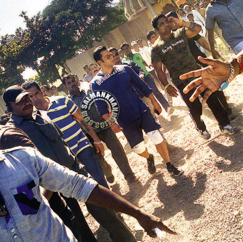 ★ FEARLESS Chap… Huge pix of Salman Khan walking on the set of Dabangg 2 in Satara (September 24th 2012) !!