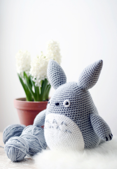 Elena from Its Pretty Light made this Totoro softie after not crocheting since she was a kid (!) … jealous!  She's so good!  :)  Elena says that you can make one too using this pattern