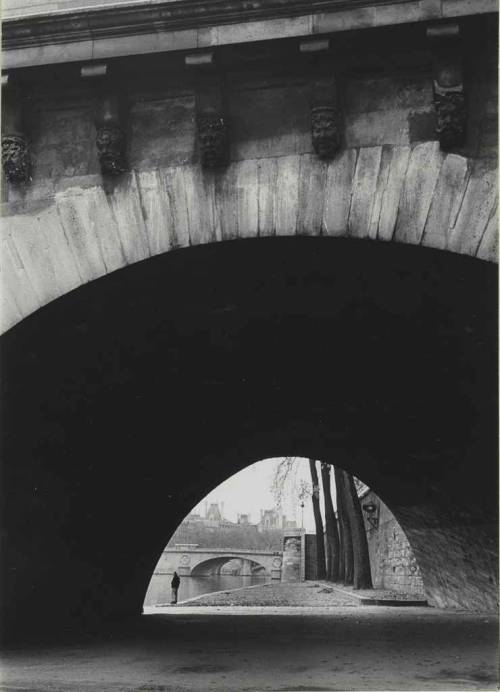 crashinglybeautiful:  André Kertész, Pont Neuf, Paris, Nov. 6, 1963. Thank you, firsttimeuser.