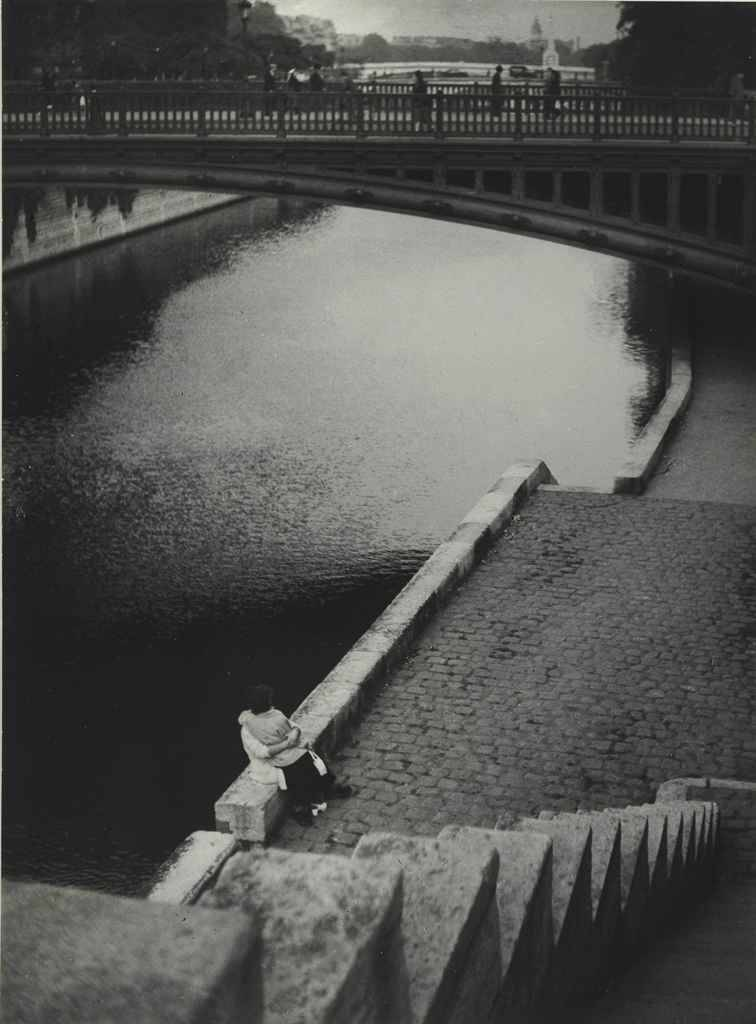 firsttimeuser:  Couple kissing under the Pont au Double, Paris, c. 1935 photo by Brassai