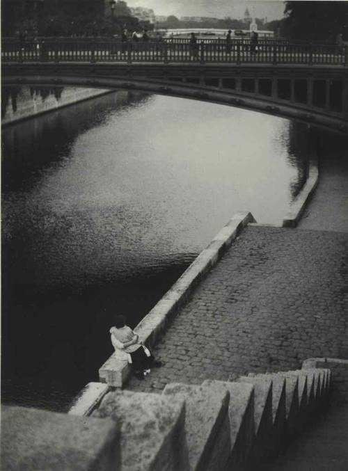 Couple kissing under the Pont au Double, Paris, c. 1935 photo by Brassai