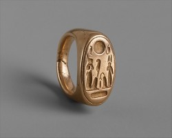 n Finger Ring of King Akhenaten and Queen Nefertiti Period:New Kingdom, Amarna Period Dynasty:Dynasty 18 Reign:reign of Akhenaten Date:ca. 1353–1323 B.C.  The Metropolitan Museum (via centuriespast)