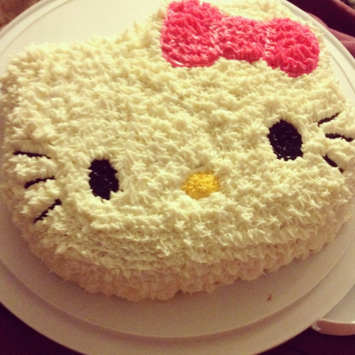 looklikebarbeysmokelikemarley:  hello kittyy cake i decorated :)