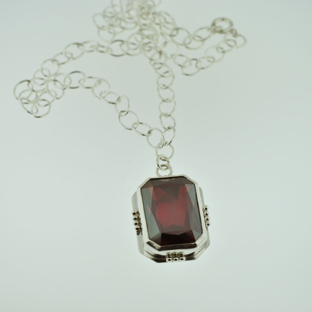 Isabelle's Ruby necklace gets a makeover.  Unfortunately, Swarovski discontinued the crystal used to make the necklace so I had to look a for a replacement, so here you go…I hope you like!