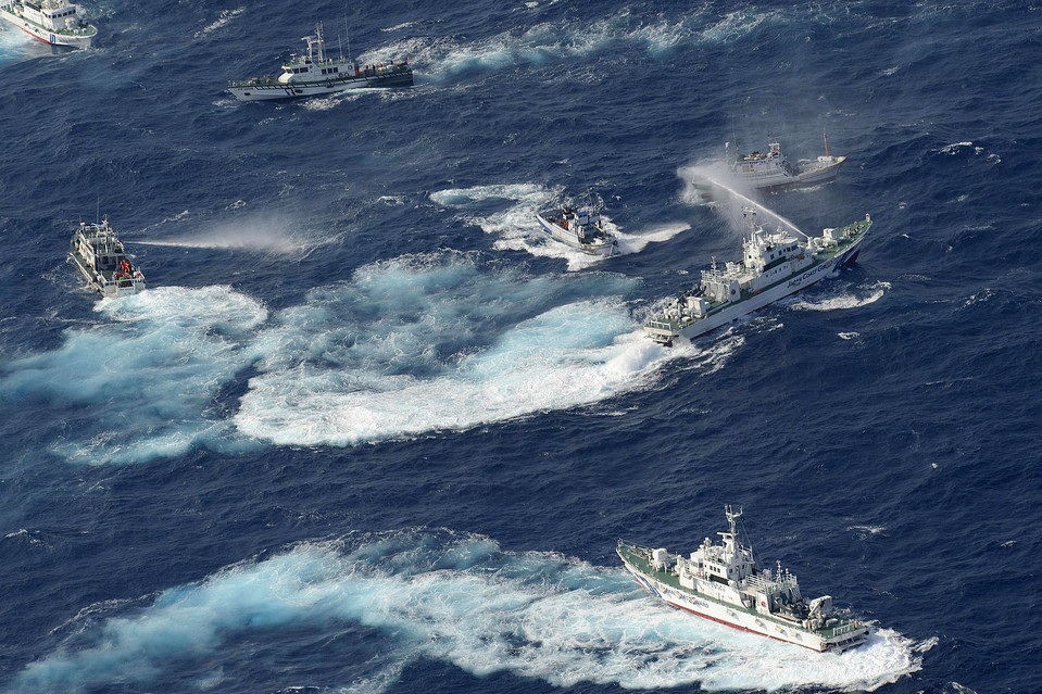 WATER FIGHT: A Japan Coast Guard vessel sprayed water at Taiwanese fishing boats as a Taiwanese Coast Guard ship, left, also sprayed water in the East China Sea near disputed islands known as the Senkaku in Japan and the Diaoyu in China Tuesday. WSJ