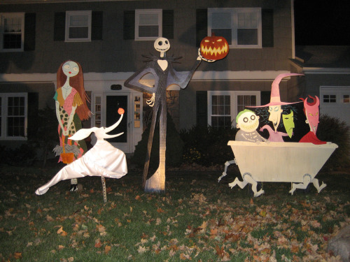 Amazing Nightmare before Christmas yard display! Such an awesome idea! If only we had a bigger yard to work with, I would make this happen immediately! Still, might be using the very same concept to create some standees for our wedding! You never know! (Artist/Creator?)