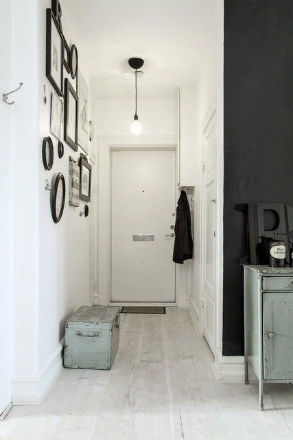 black and white entryway (via La maison d'Anna G.)