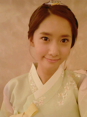 fuckyeahsoshi-sone:  [From. YOONA] 여러부우운~~~ 여러부우운 추석이 다가왔어요~모두들 가족과 함께 맛있는 음식도 많이 먹고 푹 쉬면서즐거운 연휴를 보내셨으면 좋겠네여~^^날씨가 쌀쌀해졌으니 감기도 조심하시구요!송편 먹은만큼 우리 응원해 주세여♥융이의 추석 선물로 사진 한 장 투척! 크히히 [TRANS] Everyoneee Chuseok is here~I hope you all eat lots of tasty foods with family, rest well, and have an enjoyable holiday~^^As the weather has gotten chilly, be careful of a cold!Cheer us on as much as you eat songpyun♥ (not sure how to word it, but she's basically saying to cheer them on a lot if they eat a lot of songpyun, and cheer them a little if they only eat a little songpyun)Throwing [in] a photo as a Yoong's Chuseok gift! keuhihi