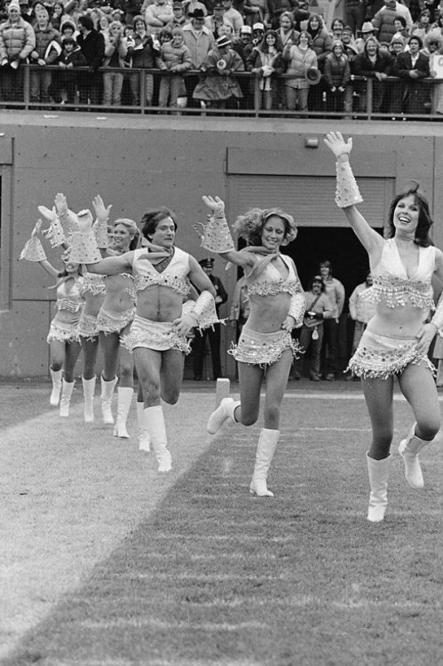 Robin Williams Cheerleading Or maybe it's just a young Mrs. Doubtfire.