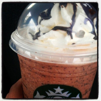 Mi #Mommy es la mejor #ChocolateChip #Vanilla #Latte #Frappuccino #chocolate #drink #cold #whippedcream #beverage #Starbucks #coffee #grande #sick #bodypain #headache #PuertoRico #green  (Tomada con Instagram)