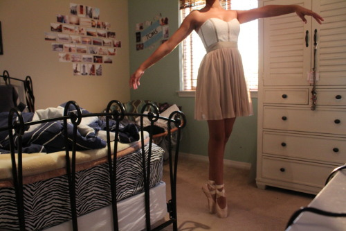 forever-and-alwayss:  I love love LOVE her dress, omg.