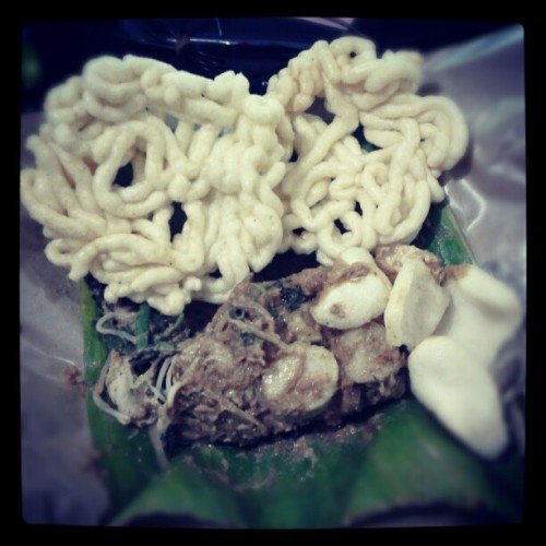 Lunch with pecal, nyam nyam… #Indonesian #foods #yummy #delicious #instafood #lunch #instadaily #instaphoto #instahub #androphology #photography #instadroid #instagram #fairlygirl85  (Taken with Instagram at KA Office)