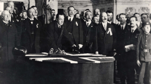 Sir Edward Carson signing the Ulster Covenant. Carson was the leading Unionist figure resisting Home Rule in 1912.