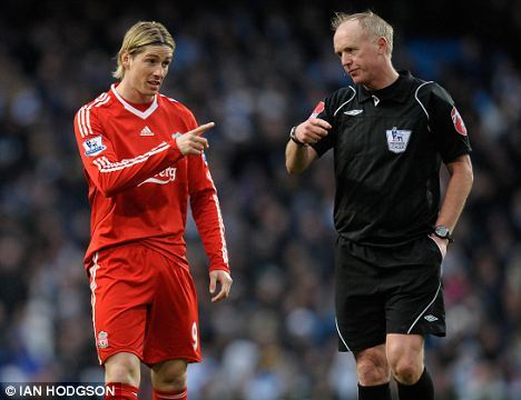 fernando torres pointing at referee.