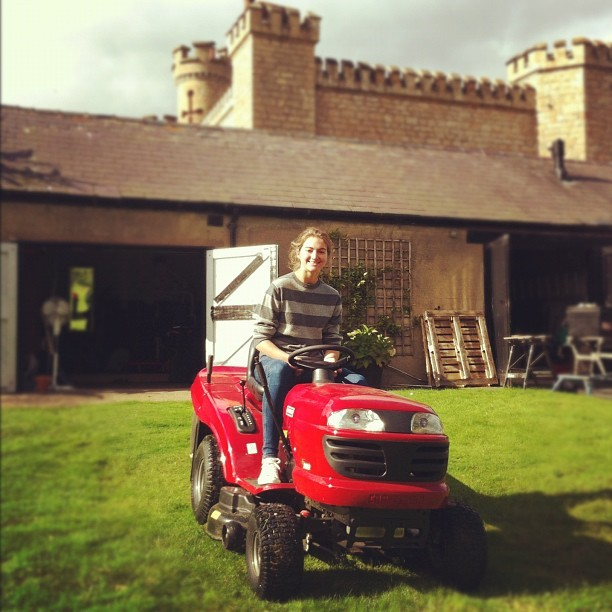 natashaloveslinnea:  Mowing the lawn :D #fun #sun #nottingham #country #september  (Taken with Instagram at Sherwood Forest)