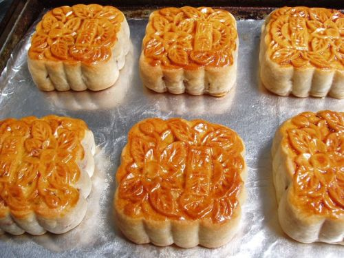 Mooncakes Over Singapore Tonight the Harvest moon will rise.  (And tonight with a special space bonus, the moon is going to float just above the planet Uranus.) In honor, we are off to Chinatown to get a dozen of these lovely mooncakes, a staple of  Mid-Autumn Festival in Chinese regions. In this 2007 piece, Karen Coates explains the tradition.