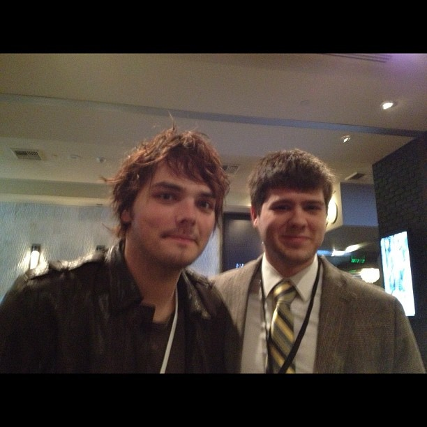 @thmcdonald1: Chillin with Gerard Way at #morrisoncon http://instagr.am/p/QLCgT2grtT/  It's not fair how good Gerard Way looks when he's not being a woman