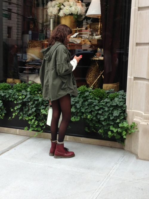 silver-couture:  paex:  coachela:  electric-wish:    fasiflora:  In NYC  omg the notes ahhhhhh   she's beautyfool  this is perfect all  love  love this photo