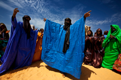 madametoutnnoire:   Tuareg Nomads end the Ramadan fast in the desert 60 miles north of Timbuktu with prayer and dancing, Timbuktu Region, Mali, September 21 2009.  Brent Stirton Photography  <333