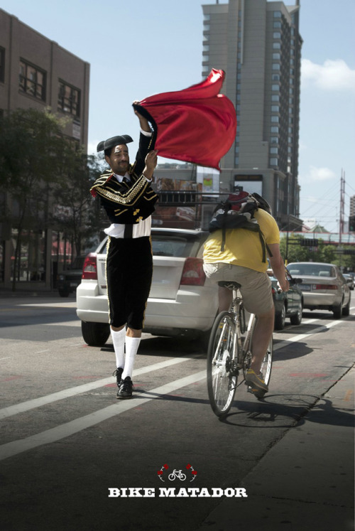 jasmined:  laughingsquid:  Bike Matador Provokes Minneapolis Bicyclists, Not Bulls  For @leahj