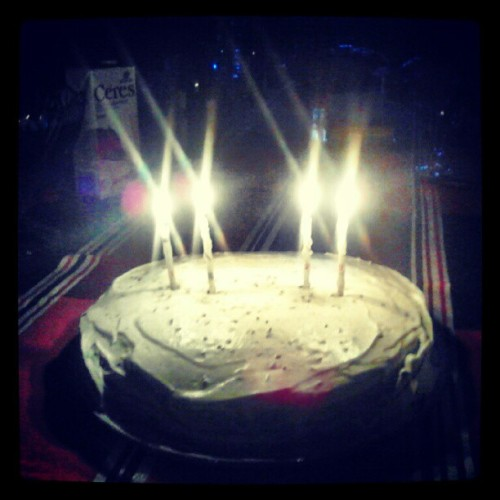 my sis & my b'day, 2 décadas, daaamn #birthday #cake #candles #light (Tirada com o Instagram)