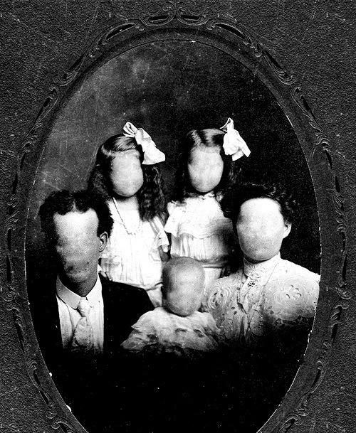 leghan-m:  creepypastafactory:  Portrait of an American Family  Creepy.  Welcome to October. I LOVE THIS KIND OF CREEPY SHIT.