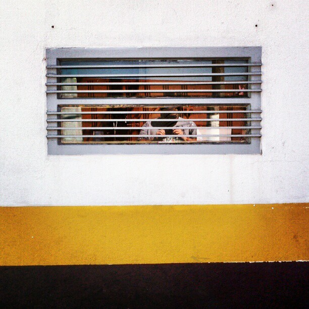 #abstract #minimal #minimalism #urban #city #window #grill #stripe #white #yellow #black #geometric #shapes #gestalt (Publicado com o Instagram)