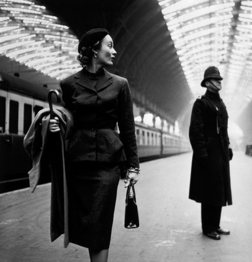 black-and-white:  Toni Frissell: Victoria Station, London, 1951. by trialsanderrors (via timefighter)