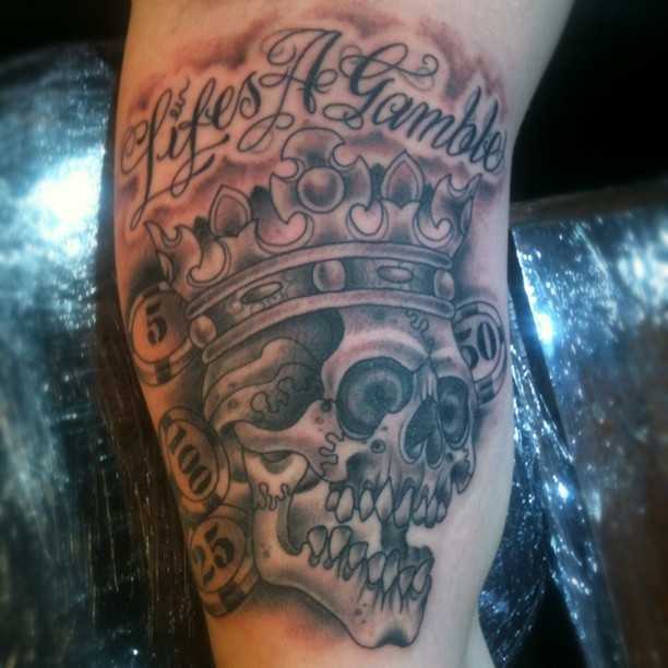 #skullandcrowntattoo#skullandcrowntattoo#skullcrowntattoo#skull#skulltattoo#tattooflash #lifesagamble#gablingtattoo (Taken with Instagram)