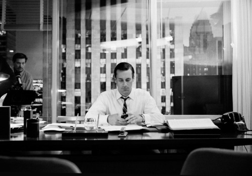 James Minchin's behind-the-scenes photos of Mad Men Michael Croxton, thefoxisblack.com This week I stum­bled across the work of Los Angeles-based pho­tog­ra­ph­er and film­mak­er James Minchin. I was par­tic­u­lar­ly enthralled by his series of pho­tographs behind the scenes of AMC's hit show Mad Men. At first I was just excit­ed to…  A different point of view of mad men.