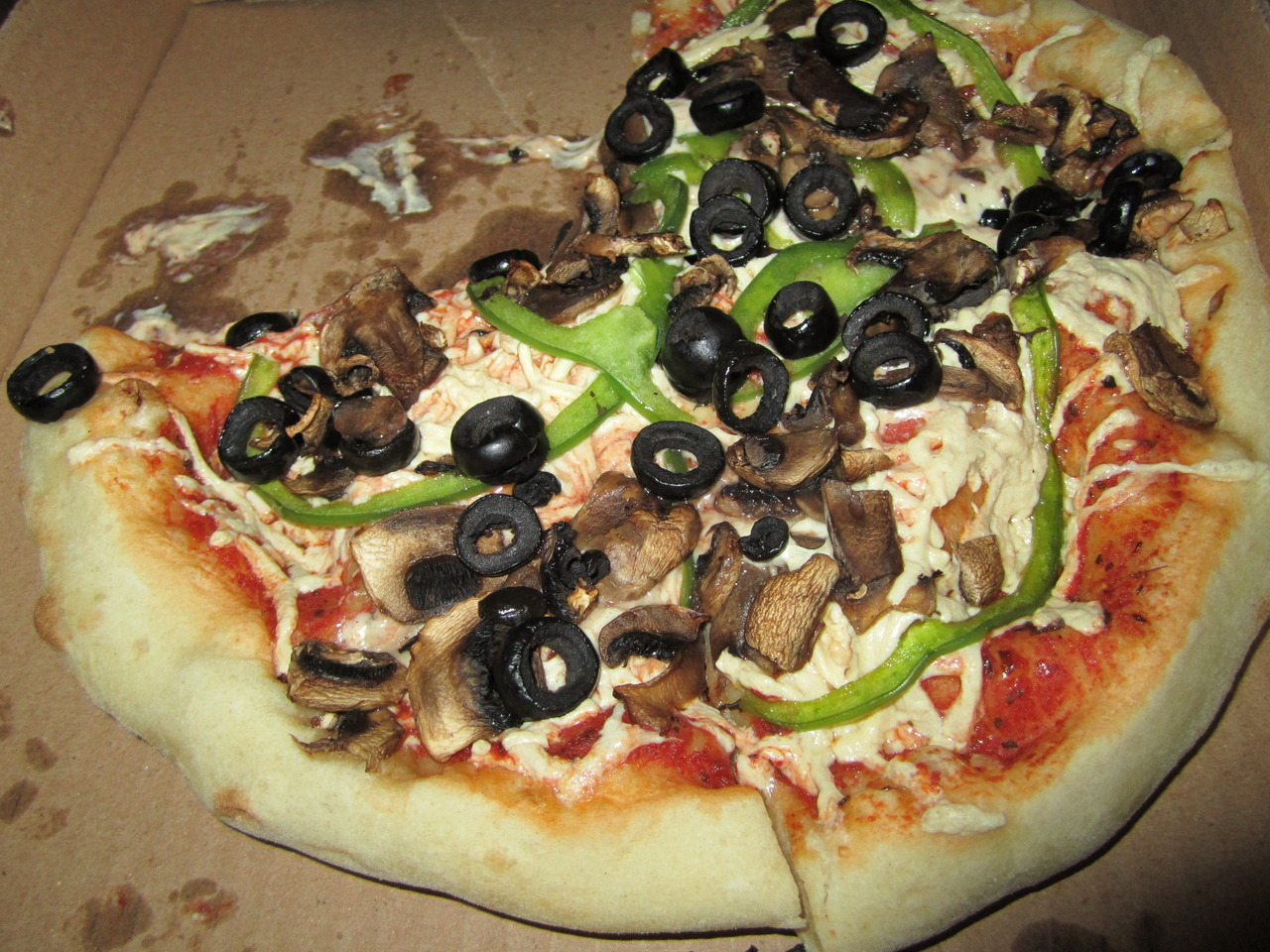 xyli:  Personal vegan pizza with olives, mushrooms and bell peppers from Unique Pizza West Covina