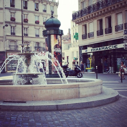 #paris #street #streetphotos #fontaine #place  (Pris avec Instagram à paris 5ème)