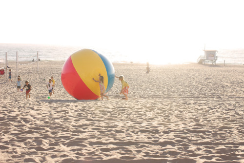 A group of children were playing with an enormous beach ball in Manhattan Beach this Saturday. I so badly wanted to get in on it!