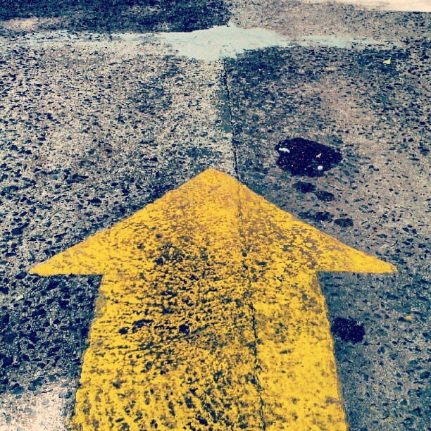 #arrow #direction #vector #thisway #ahead #yellow #yellowmonday #floor #ground #pavement #concrete #cement #oil #stain #diesel #lookdown #minimal #minimalism #urban #city (Publicado com o Instagram)