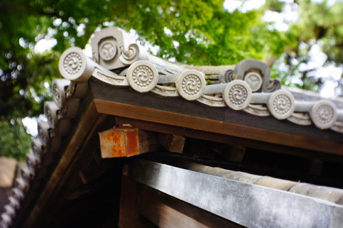 dreams-of-japan:  Roof with a family coat of arms by tokyogreen2010 on Flickr.