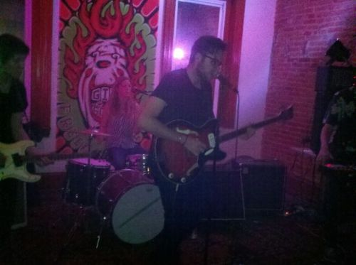 VIDEO: Watch COLD SHOWERS & COUSINS upstairs at Kung Fu Necktie in Philadelphia (10/01/12). Cold Showers played a handful of new tracks from their upcoming debut LP Love and Regret, while Cousins ripped through a batch of tracks from their LP The Palm at the End of the Mind » http://styrofoamdrone.com/2012/10/02/cold-showers-cousins-live-in-philadelphia-100112/