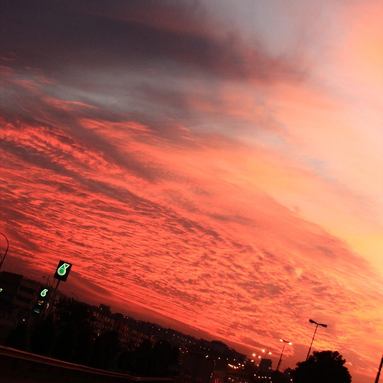 红红的云层。像滚滚的火焰。从远处燃烧着天空。吞没着大地。 世界末日来临时。天空也会像这样的燃烧吗?