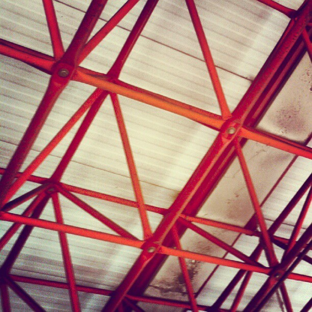 #architecture #spatial #structure #pipes #roof #red #white #minimal #geometric #angle #triangle (Publicado com o Instagram)