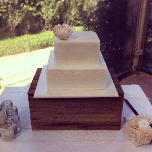 A simple beautiful wedding cake