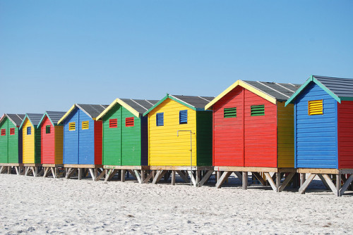 Beach huts, Muizenberg, South Africa. Casas coloridas da praia de Muizenberg, África do Sul. Photo copyright: Paul Mannix