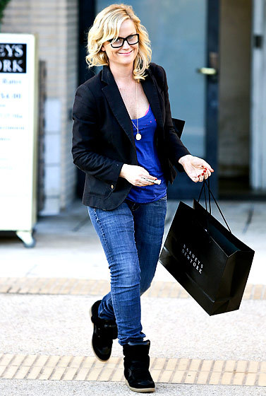 Amy Poehler is back in her geeky black specs as she squeezes in some retail therapy. She should rock them more often!