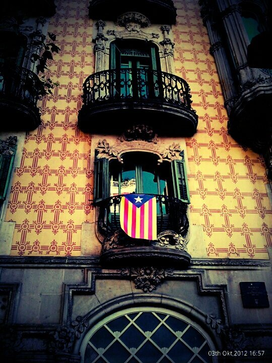 Llibertad#catalan separatist flag #streetphotography #CapturedMoment #liberty #barcelona #catalunya #architecture #colours #htc(from @bonusmile on Streamzoo)