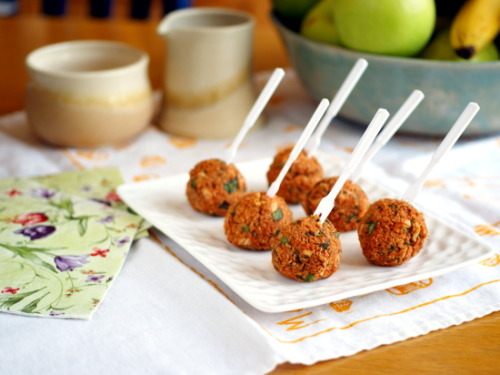 melesmelesxvx:  yummyvegan:  Vegan Quinoa Pizza Balls Ingredients 1 cup cooked quinoa (already seasoned with salt) 1 cup red beans 5-6 fresh basil leaves 1/4 cup fresh parsley, chopped 1/3 cup tomato paste (plain - add oregano and fresh basil) salt to taste Directions: Mash all ingredients with a fork.  You could also use your food processor, but you want the balls to still have texture, so be careful not to over-process.  Using your hands, form 1-2 inch balls.  Bake on a nonstick baking sheet for 25-30 minutes at 350 degrees, until the balls are brown and firm. (photo recipe via onannasplate.com)  Reblogging for future reference :D  Get ready appetizer….