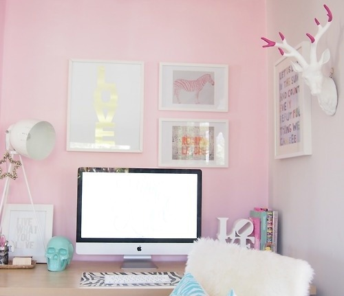 Maybe we're obsessing with pink these days, but this girly office is adorable! {image}