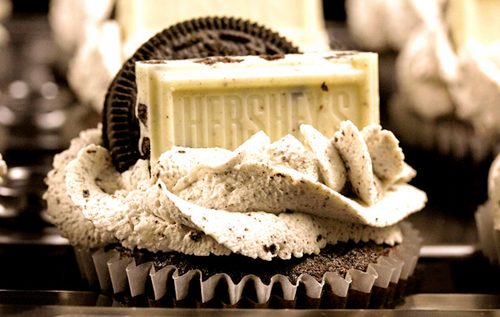 in-my-mouth:  Hershey Cookies and Cream Cupcakes
